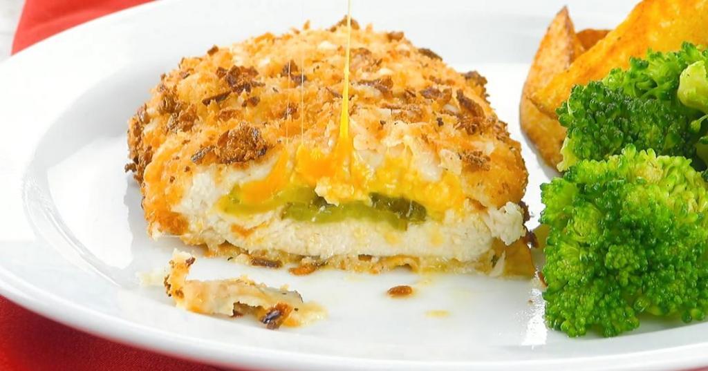 Куриная грудка, маринованная в рассоле и жаренная с сыром и огурцами. Мясо тает во рту