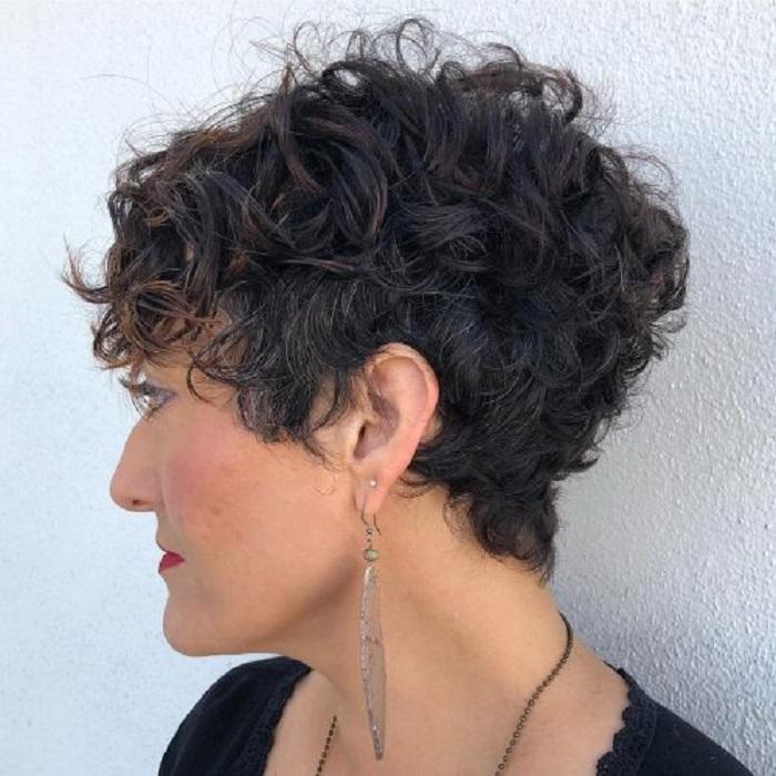 Если волосы вьются, а длина надоела: подборка коротких стрижек пикси для кудряшек