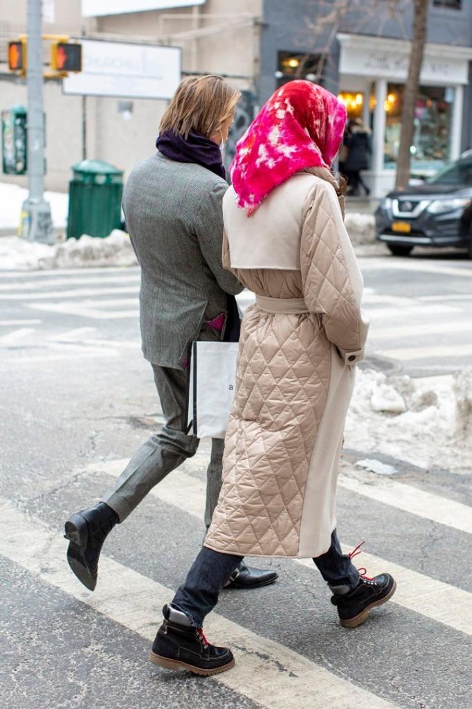 Главные streetstyle тренды с Недели моды в Нью Йорке: парные образы, кислотная одежда и многое другое