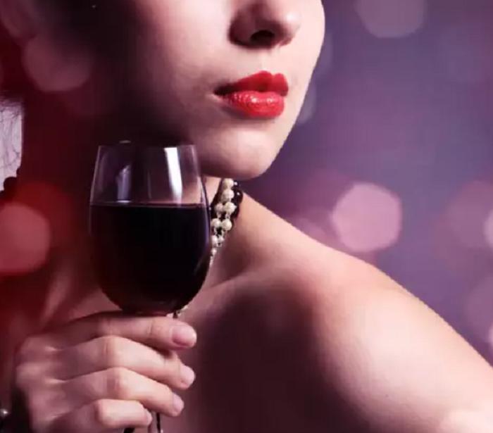 Что будет с кожей лица, если использовать в уходе красное вино: результат заметен через неделю