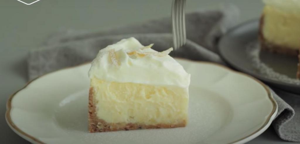 Сочный лимон и нежнейший взбитый крем – идеальное сочетание для праздничного десерта: готовим роскошный чизкейк