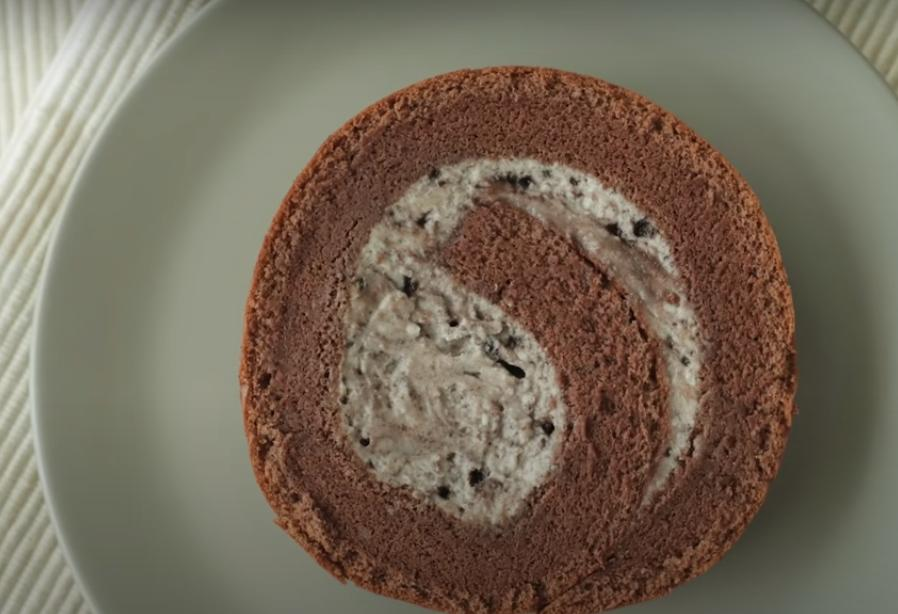 Бисквитный рулет с начинкой Орео: смешиваю воздушный крем с печеньем, заворачиваю и подаю к столу