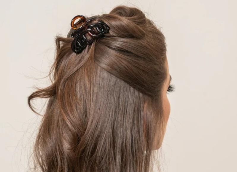 Заколки для волос снова в моде: пять весенних причесок, которые можно сделать за несколько минут