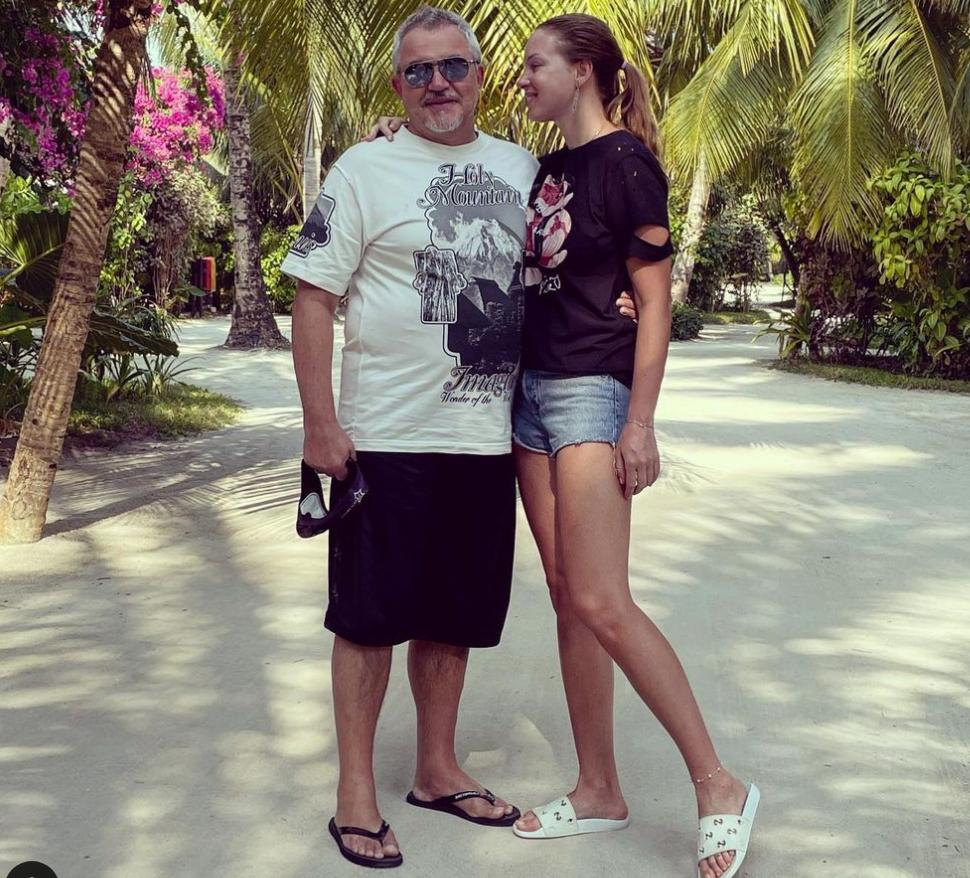 Живем и смываем грязь мальдивской волной: Полина Диброва заступилась за мужа перед хейтерами в Сети