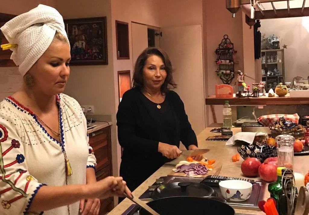 «Шапочки гномиков»: фаршированный перец с фирменной подливкой от Анны Нетребко