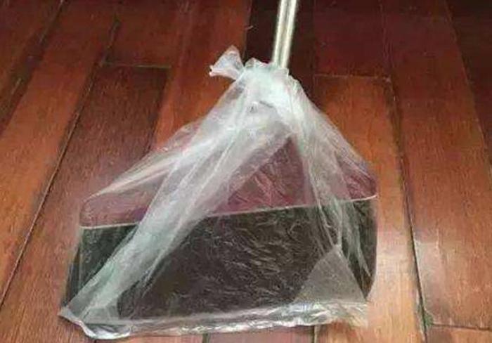 Скотч, пластиковая соломинка, пакет - эти простые предметы помогут очистить весь дом (и даже стоки) от волос и шерсти