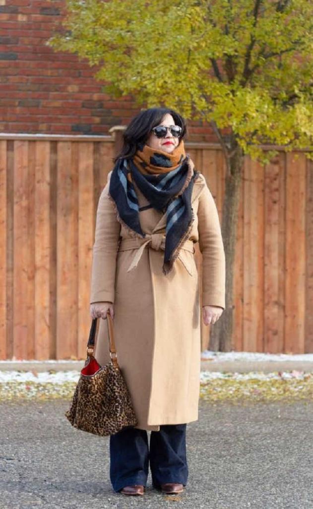 Лучшие шарфы для обладательниц верблюжьего пальто (camel): какой цвет выбрать