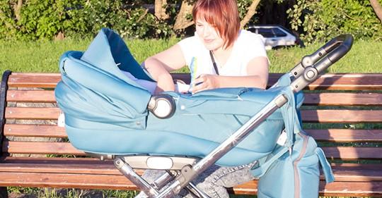 Мать прилегла на скамейку, а рядом в коляске навзрыд плакал ребенок