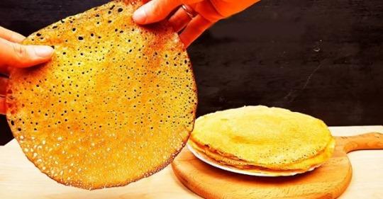 Тонкие кружевные блинчики «по-деревенски» с нежной структурой – из простых продуктов.