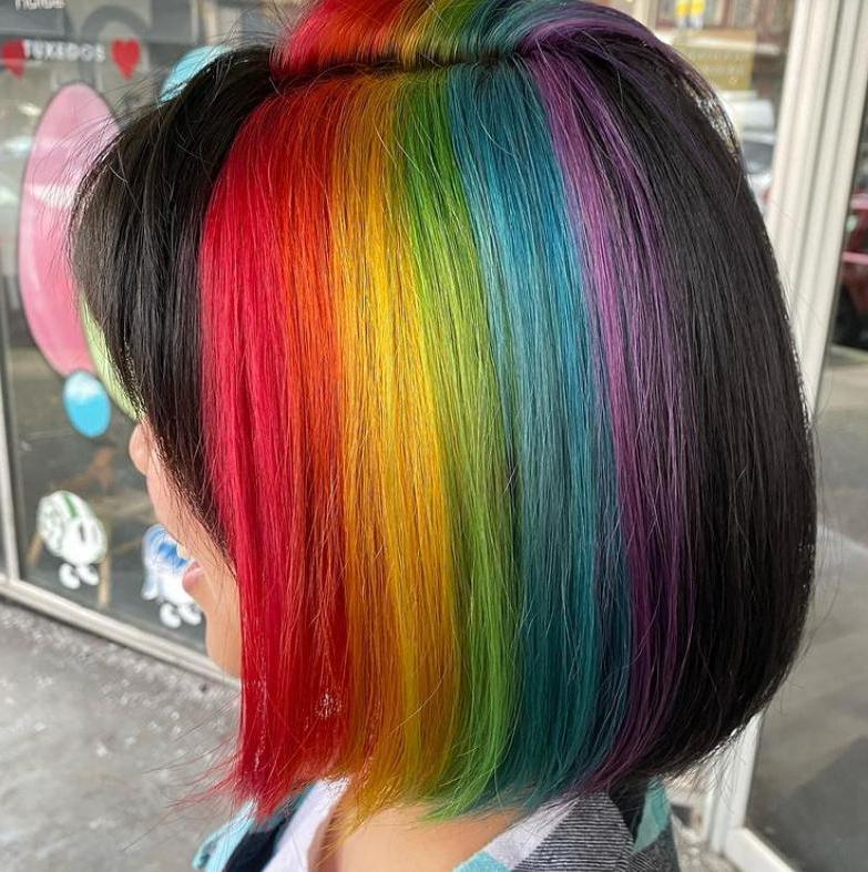 Скрытый цвет волос: как носить популярный тренд, в который влюбились миллионы девушек