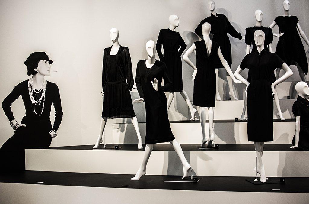 По мнению Коко Шанель, именно пять вещей в гардеробе делают женщину женщиной