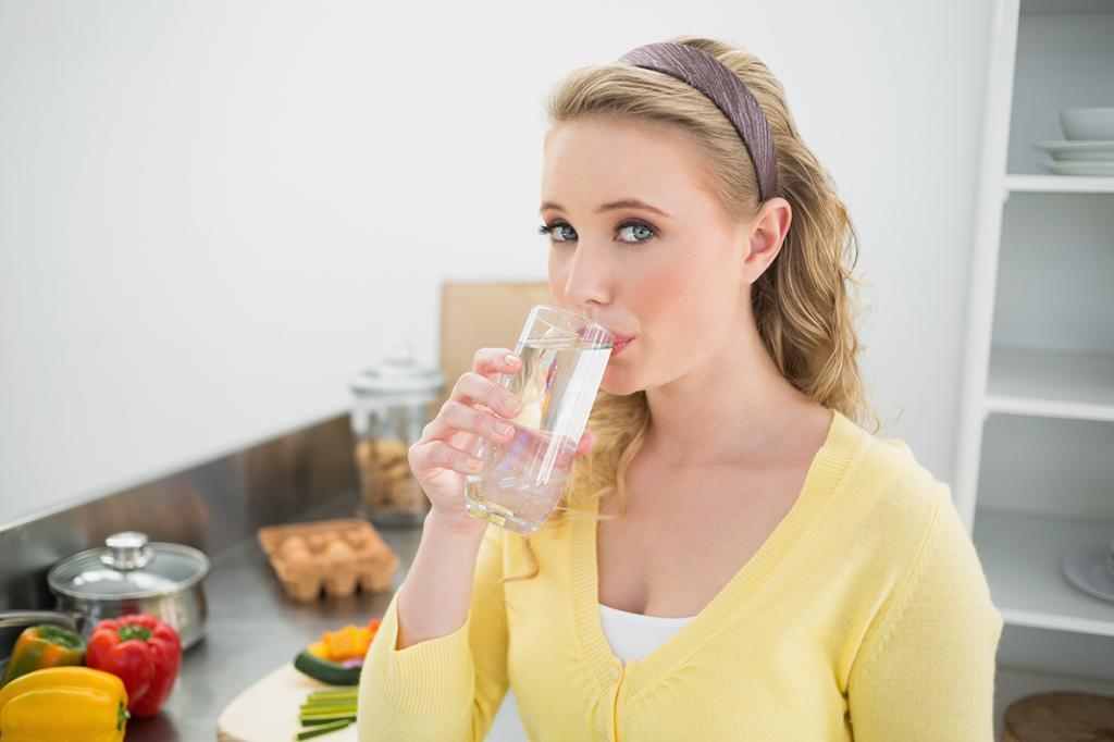 Врач эндокринолог рассказала, кому нельзя пить воду во время еды