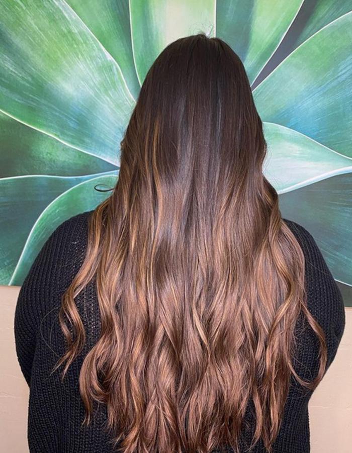 Возвращение мелирования: трендовые окрашивания волос для брюнеток на лето