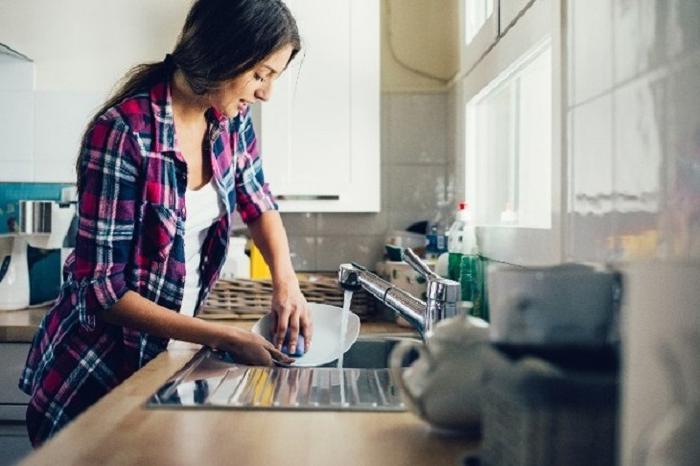 Почему лучше избегать мытья посуды, находясь у кого то в гостях, особенно у свекрови