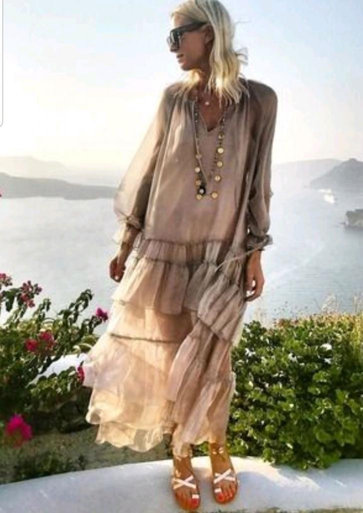 Весна уже здесь, да и лето не за горами: как элегантно носить платья макси женщинам за 40 (модные советы и примеры)