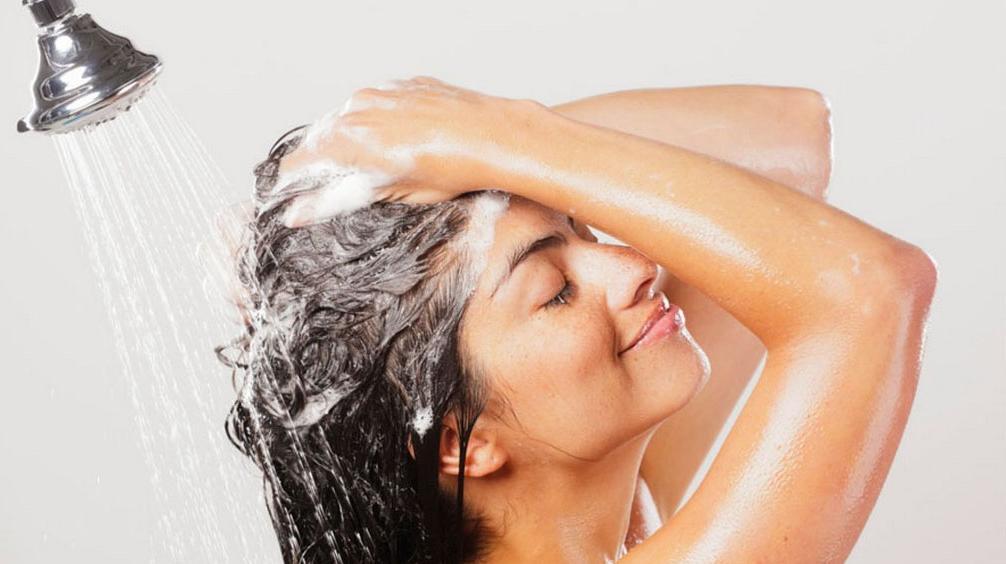 Чрезмерное очищение или уход: почему волосы остаются жирными после мытья