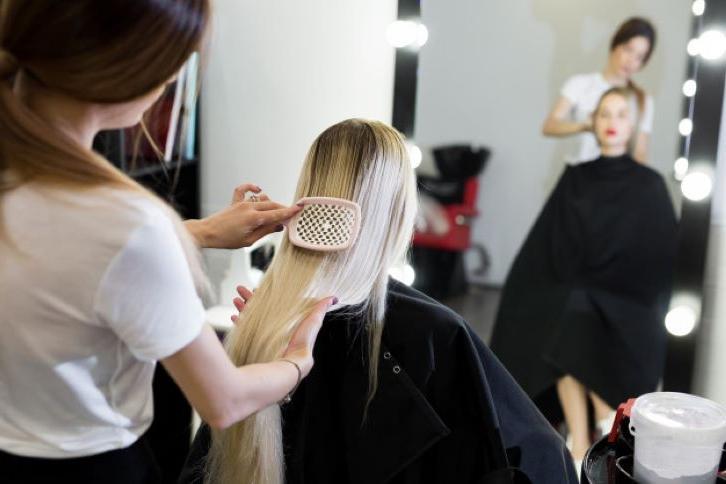 На расческе остались волосы: как правильно с ними поступить (выкидывать нельзя)