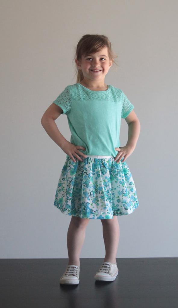 Как сшить для девочки удобную юбку-шорты простым способом. Нужны трикотажные шортики и отрез красивой ткани