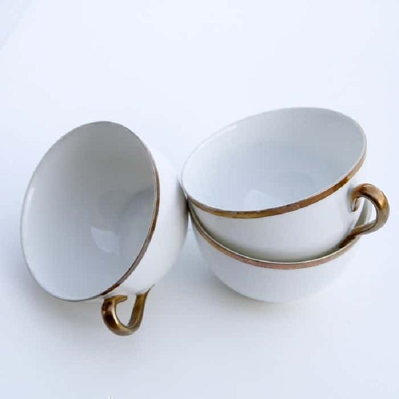 Взяла чайную чашку и превратила ее в оригинальную елочную игрушку: смотрится необычно и очень празднично