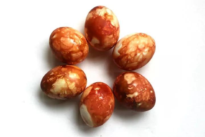 Шелухой красят яйца давно, но мало кто знает, как сделать мраморный окрас