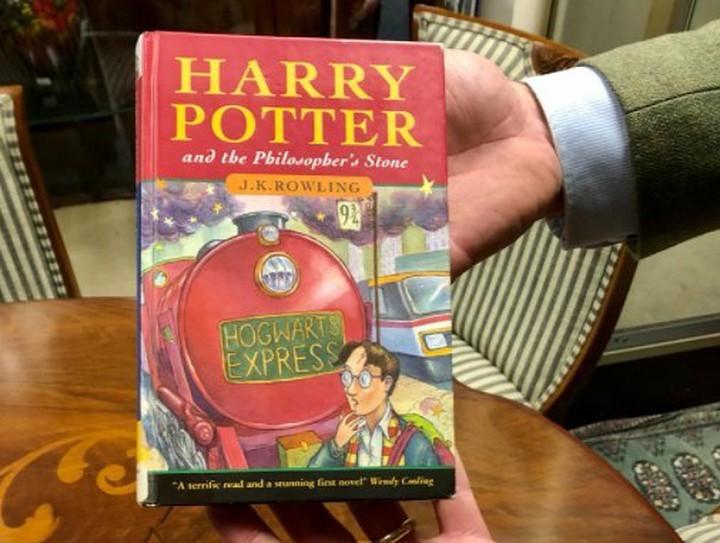 Купленная за сто рублей книга о Гарри Поттере оказалась редчайшим изданием, стоимость которого оценивается в десятки тысяч фунтов стерлингов