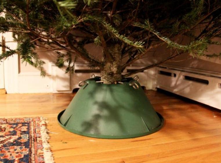 Подставку для елки можно преобразить в деревенском стиле: понадобится алюминиевый таз и немного времени