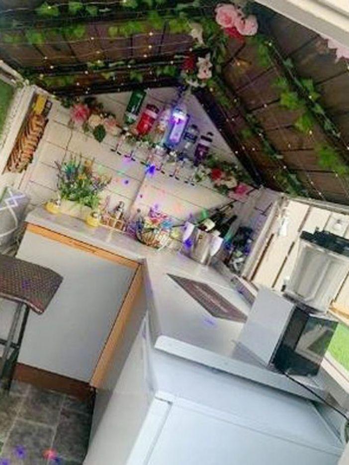 Бар, беседка и летняя кухня из поддонов: семья из Англии превратила маленький дворик в место для отдыха (фото)