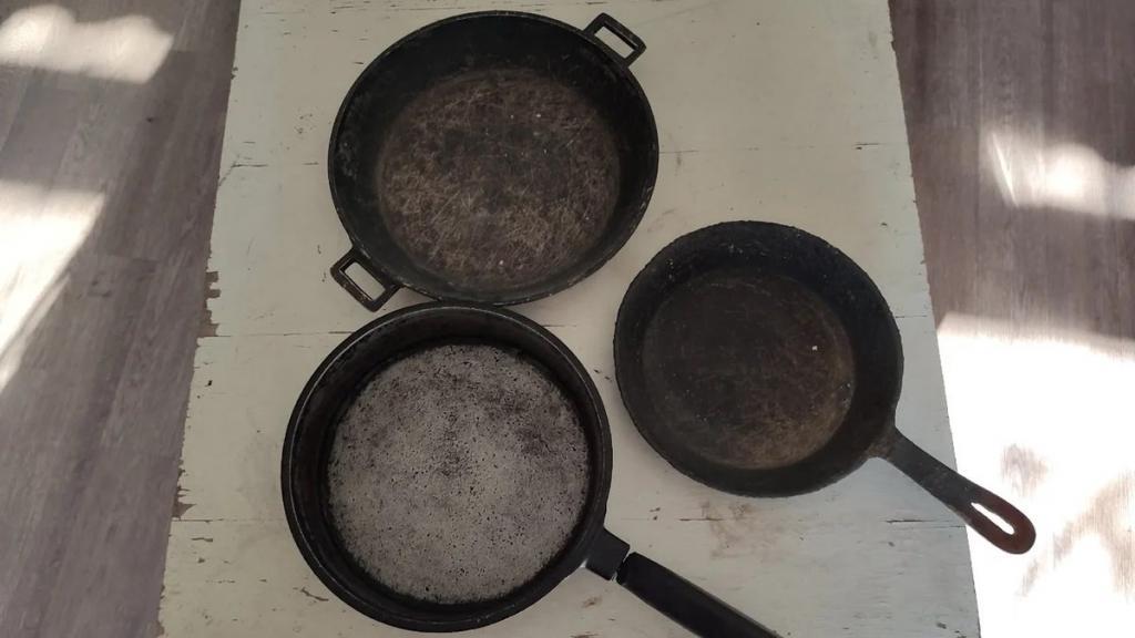 Отлетает даже сантиметровый нагар: чистим сковороды обычным песком
