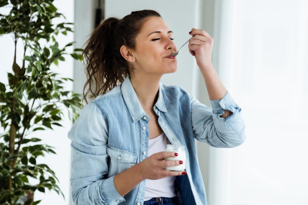 Нежирный йогурт и мюсли. Врач диетолог Альбина Комиссарова рассказала о полезных перекусах