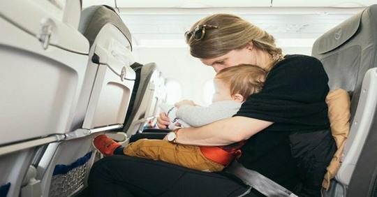 Нетипичная история о паре, которая летела с двумя детьми в самолете