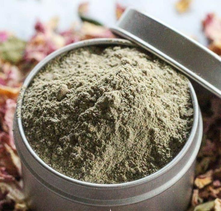 Шиповник, роза и глина: маска с эффектом сияния из собственного сада (рецепт)
