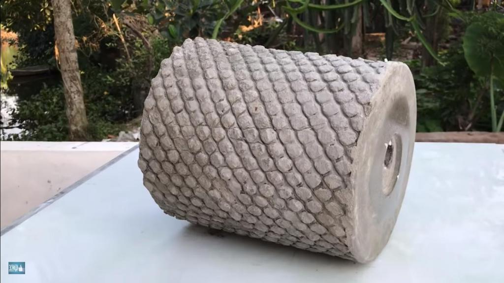 Даже если вы далеки от дизайна, вы легко сможете сделать необычные горшки из цемента и даже продавать их