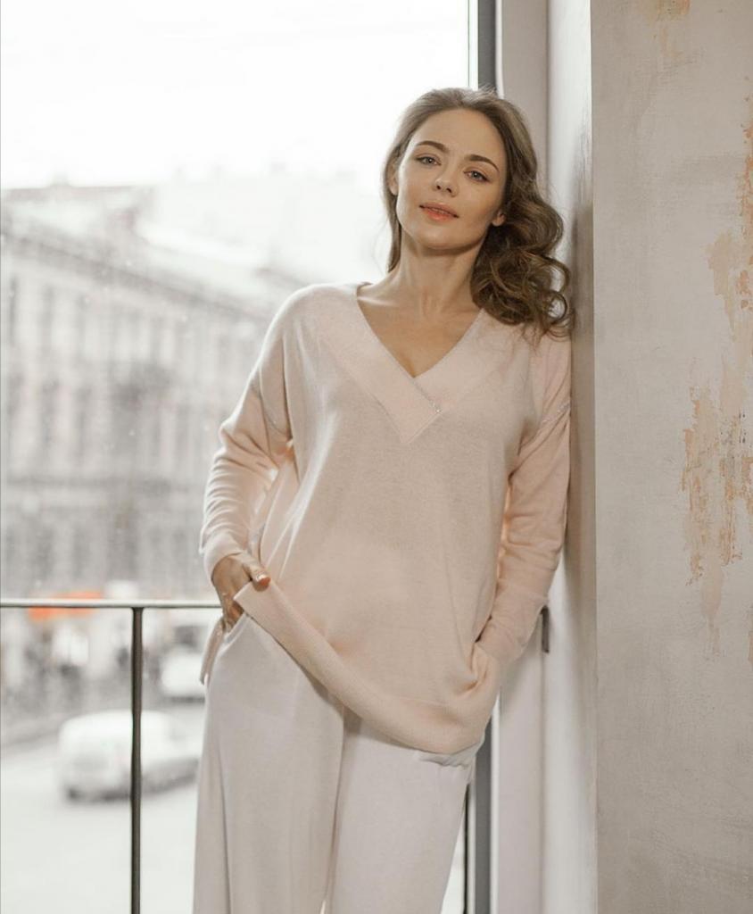 Протирает лицо льдом и не следит за трендами: как Карине Разумовской удается всегда выглядеть привлекательно