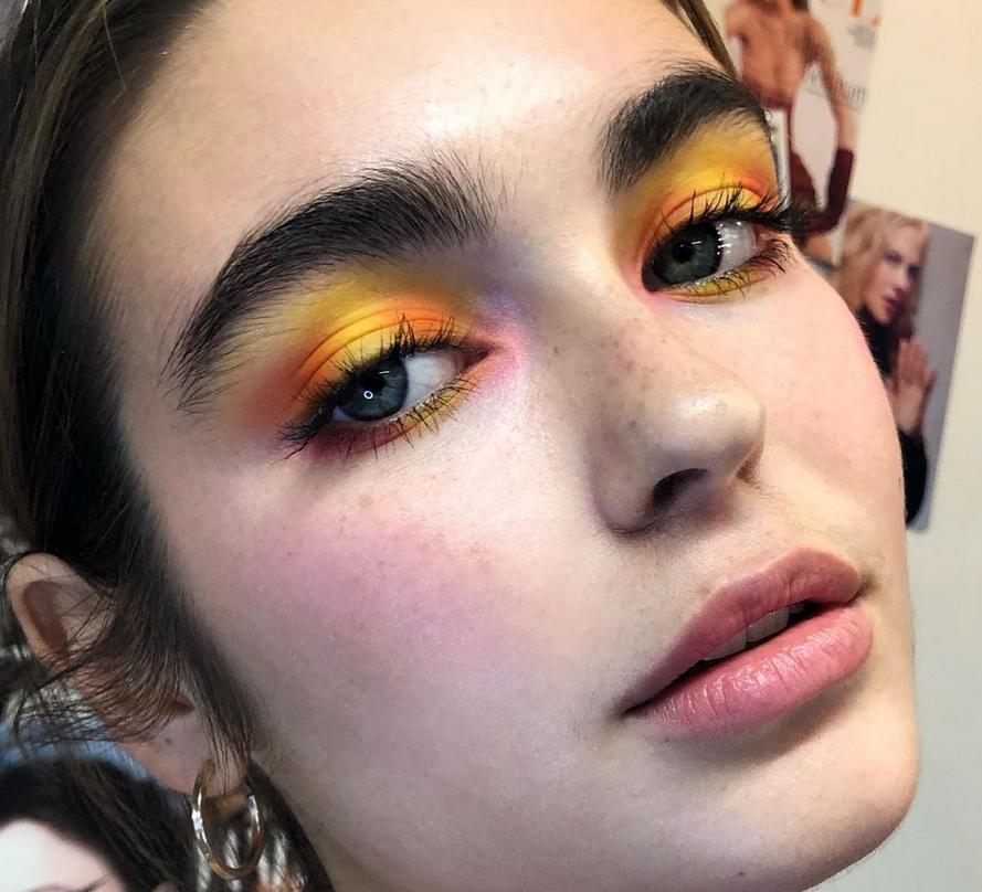 В оттенках заката: бьюти эксперты назвали самый горячий летний тренд в макияже