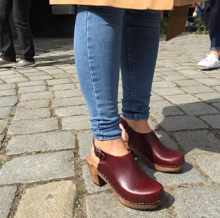 Сабо снова в моде: ретро-обувь 1970-х возвращается этим летом