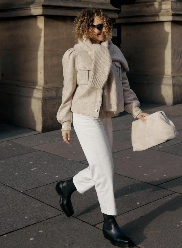 Выбирайте модель прямого кроя: как носить белые джинсы и брюки женщинам за 40