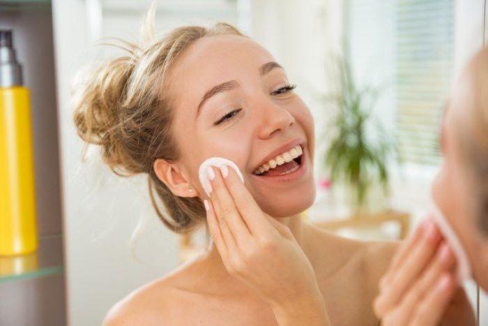 Чтобы не было проблем с кожей, нужно правильно использовать 3 косметических средства (мицеллярную воду обязательно нужно смывать)