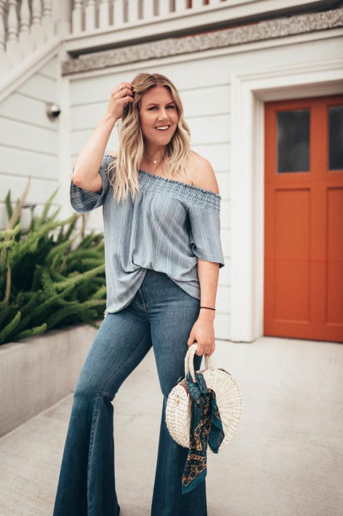 Как носить расклешенные джинсы и при этом не выглядеть старомодно: фото стильных образов