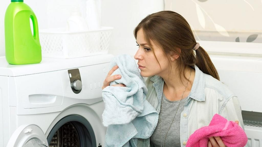 Бельё после стирки в машинке пахнет плесенью: как избавиться от проблемы