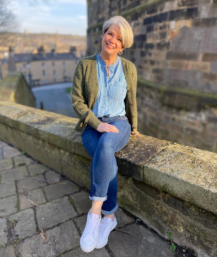 Элегантные рубашки различных цветов и фасонов для женщин старше 50 лет: советы по стилю