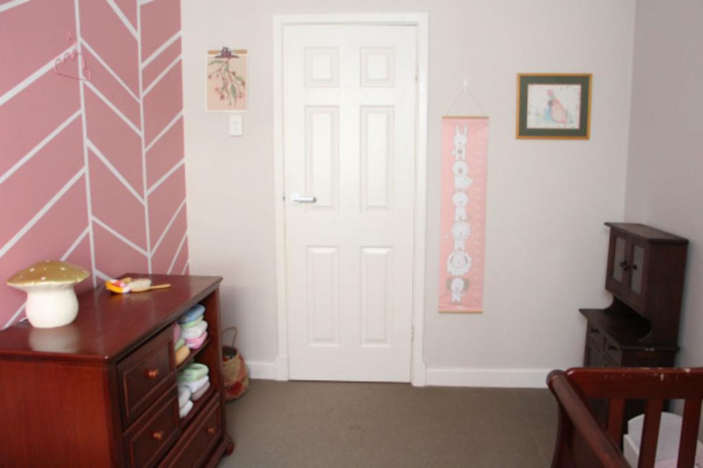Как украсить детскую и сделать в ней акцентную стену. Используем нежный розовый цвет и геометрический рисунок