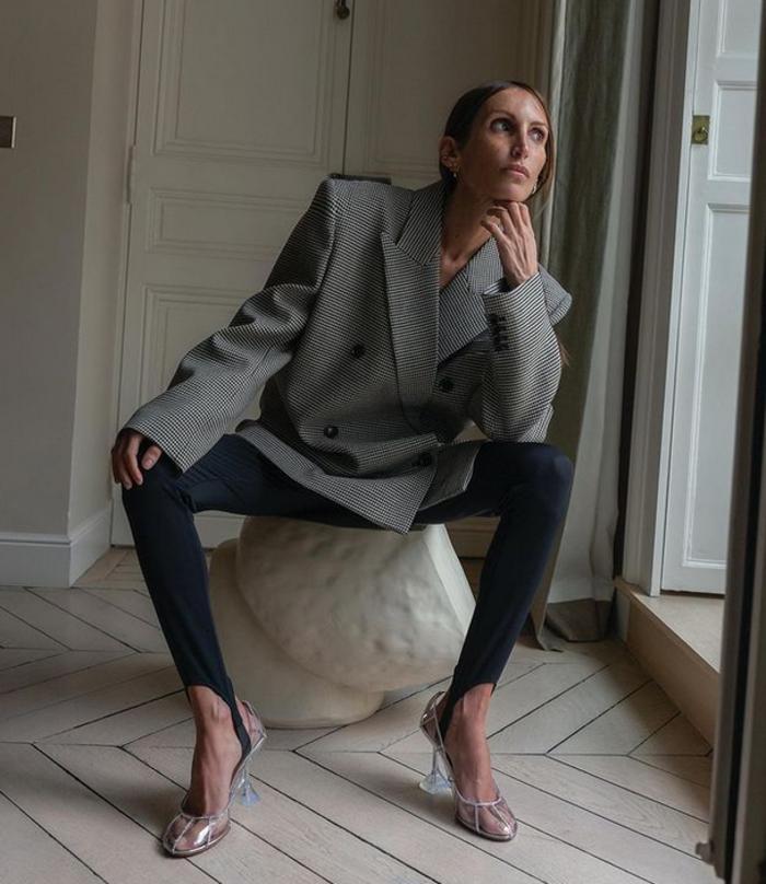 Теперь это не фиксатор, а модный элемент: как оригинально носить леггинсы со штрипками (модные примеры и советы)