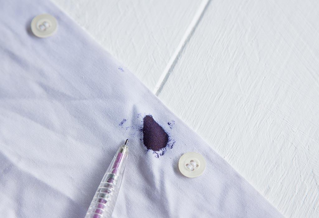 Как убрать с одежды чернильные пятна. Готовим лак для волос, спирт, вату и следуем инструкции