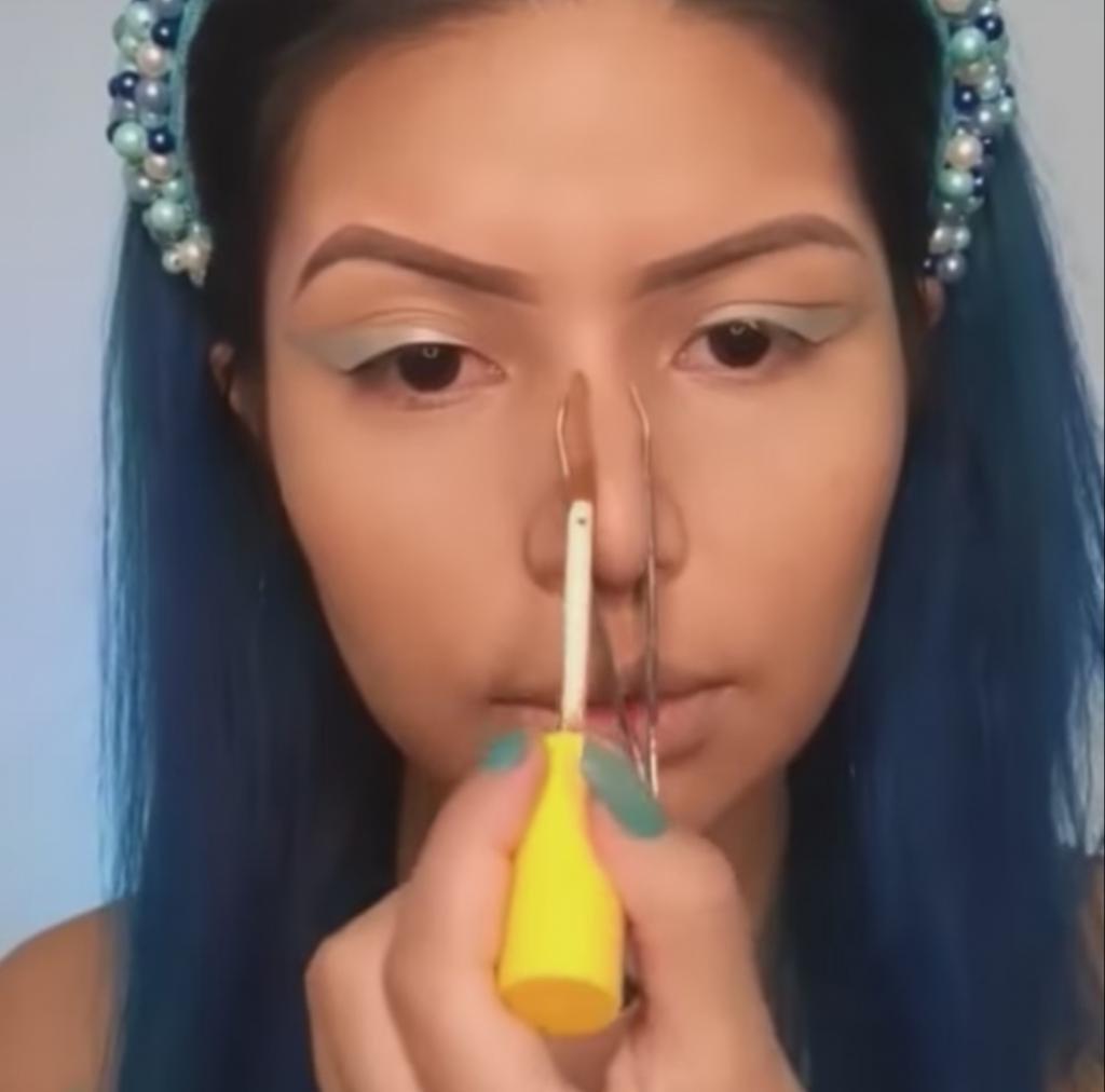 Лайфхак по визуальному уменьшению носа: понадобится тональник и пинцет