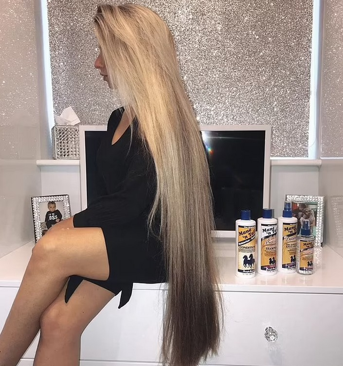 Моет голову раз в неделю, а волосы сушит естественным путем: современная  Рапунцель  раскрыла свои секреты
