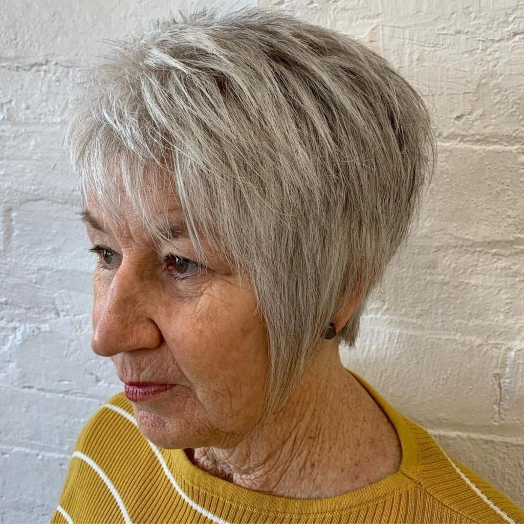 Для тех, кто хочет выглядеть молодо и модно: стильные прически для женщин старше 60 лет