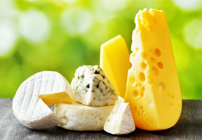 Фета, брынза, сулугуни, чеддер: какой сыр выбрать, чтобы не навредить фигуре