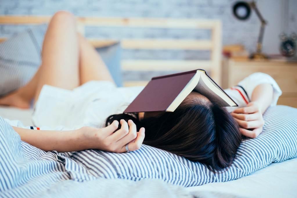 Хочу весь день лежать : почему человеку все лень, и как с этим бороться