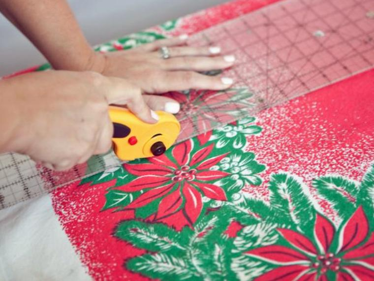 Скатерть с ярким рисунком можно превратить в несколько подарков для родственников: мастерим кухонное полотенце и по совместительству подарочную упаковку