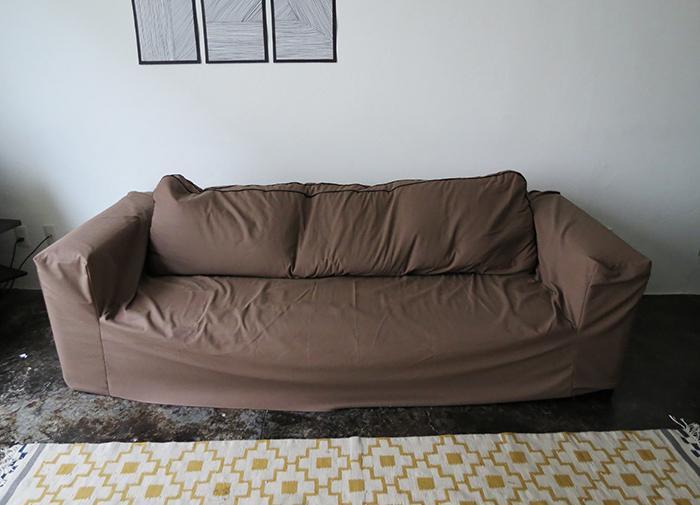 Как сделать для старого дивана новый чехол. Выглядит аккуратно и способ простой